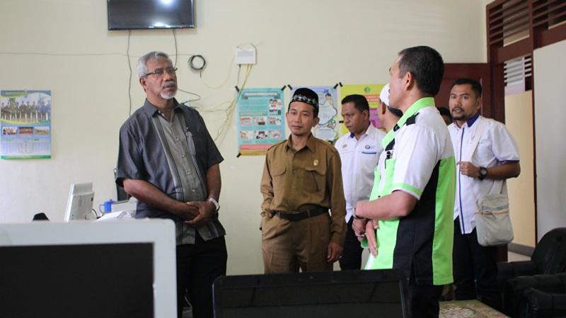 KETUA PPD Barat Daya, Malaysia, Rusli Hashim, mengunjungi ruang kerja Seksi Pendis Karo, Senin (01/08/2016). (pendiskaro.com/adhif)